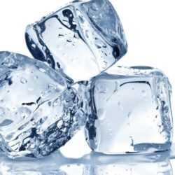 Kırışıklıklara dondurulmuş maden suyu